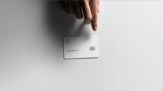foto do cartão Apple Pay feito em metal com impressão à laser.